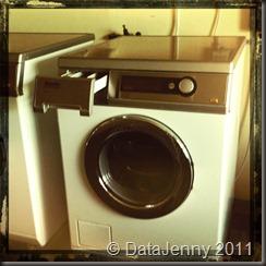 Kl: 11:00 Lägger i tvätt i maskinen.