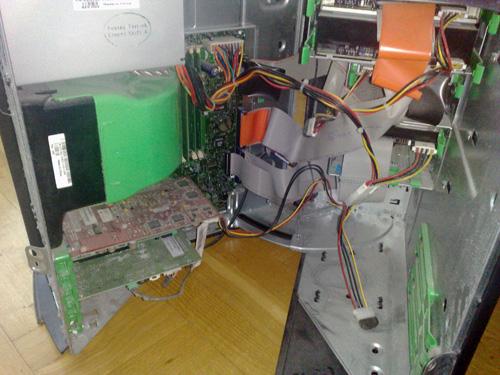 Jag har öppnat hans dator för att installera ett trådlöst nätverkskort.
